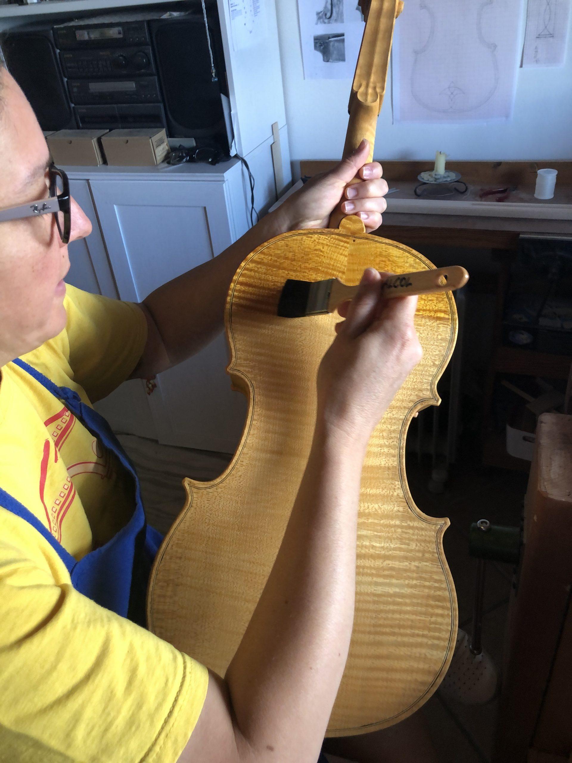 Daniela Gaidano vernicia il violoncello da spalla