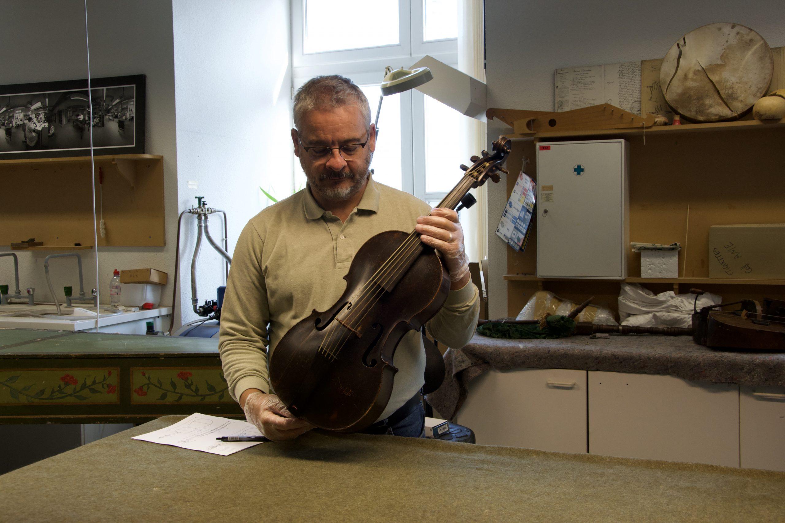 Alessandro Visintini violoncello piccolo Hoffmann Lipsia museo Bruxelles