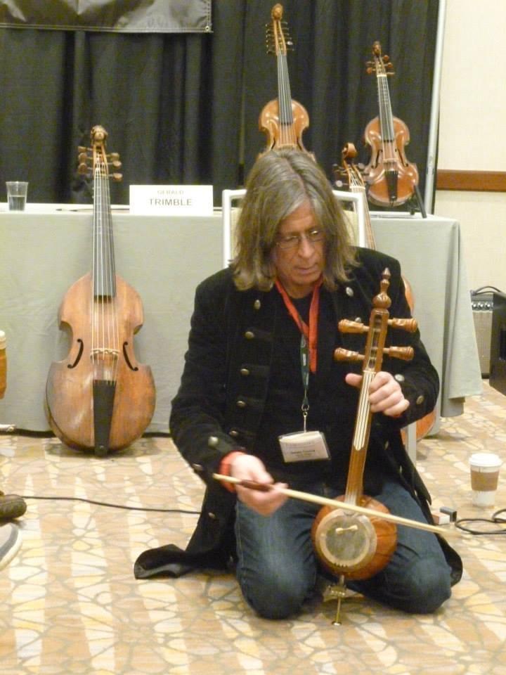 gerald Trimble suona strumenti indiani