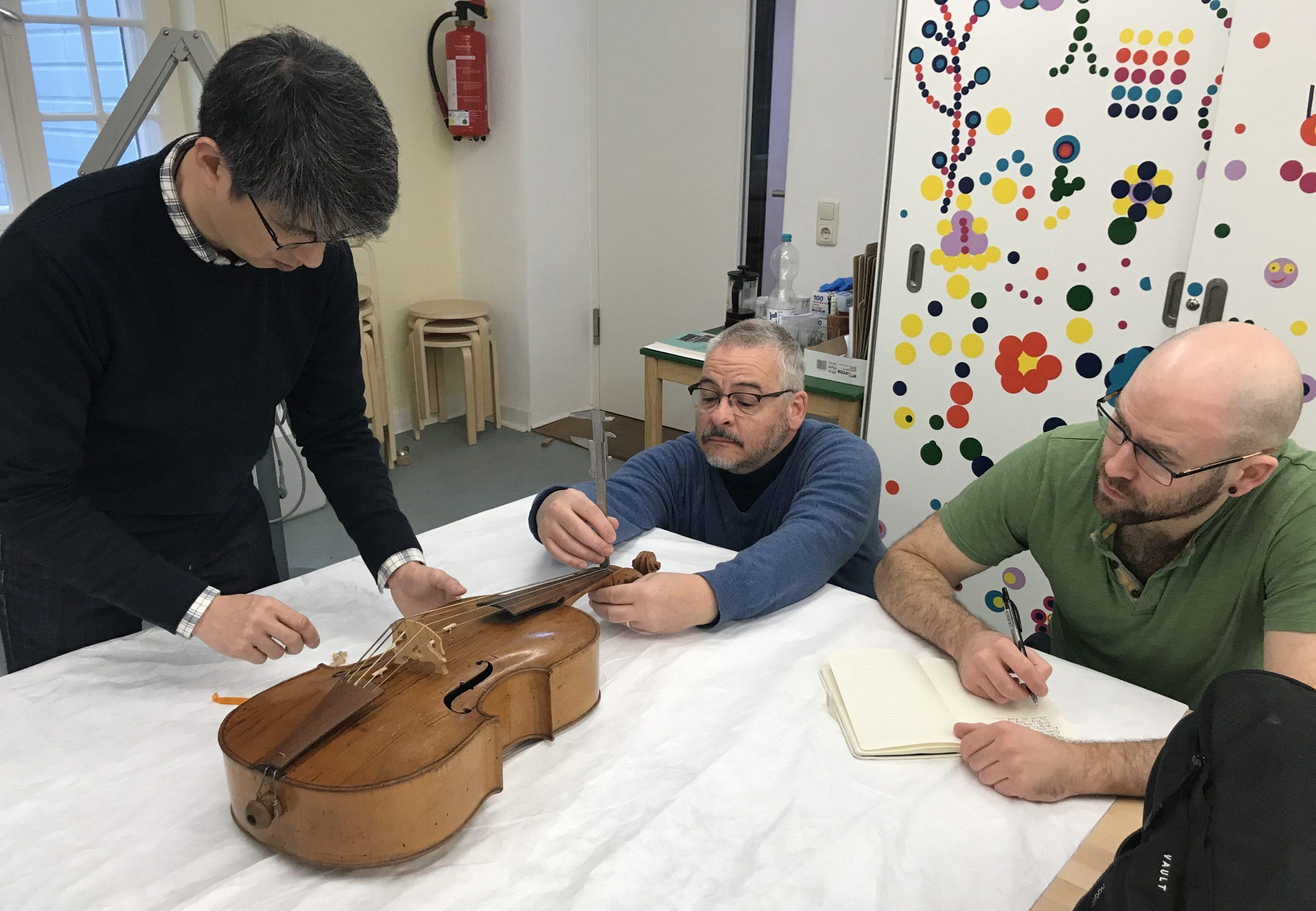 Rilievi violoncello da spalla Wagner Borstendorf a lubecca